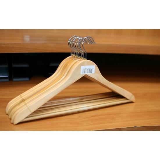 Houten klerenhangers met broekstang