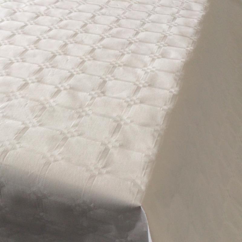 Witte papieren tafelkleed op rol