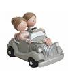 Trouwfiguurtje bruidspaar in zilveren auto