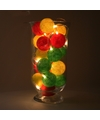 Sfeerverlichting rode gele en groene balletjes in vaas